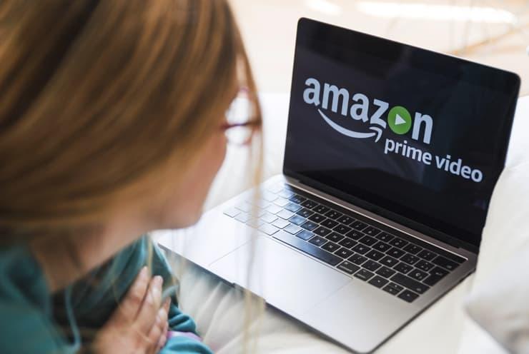 搭載したAmazonの技術を確認する女性