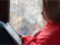 Amazonが展開するKindleを利用する女性